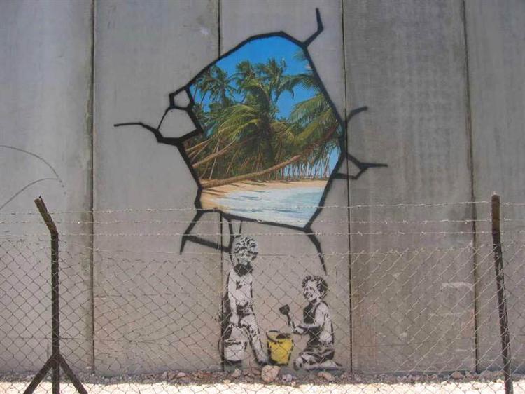Tag avec deux enfants jouant dans le sable. Le mur est brisé pour montrer une plage paradisiaque de l'autre côté.
